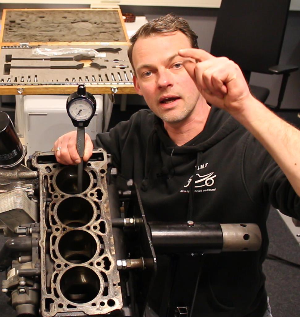 Baltus Motor Techniek Baltus instrueert meten met binnenmeettaster
